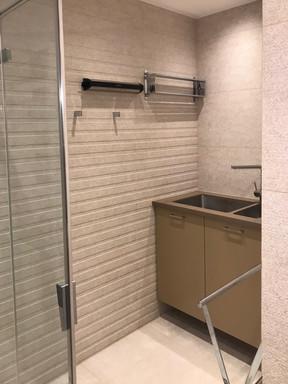písečná koupelna s prádelním koutem.jpg