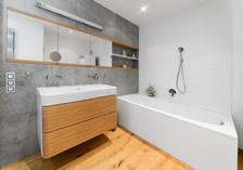 betonová koupelna s vestavěnou zrcadlovo