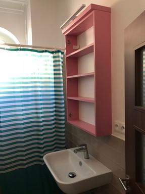 mini koupelna s nedokončenou zrcadlovou