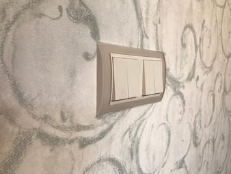 taupe sklo - půlené spínače na tapetě.jp