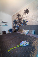 ložnice s modrou květinou.jpg