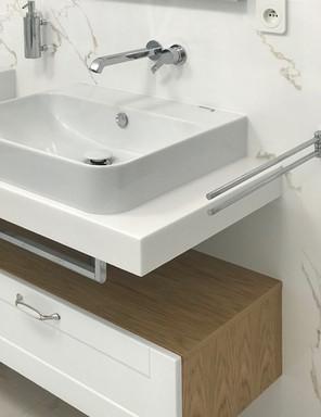mramorová koupelna se závěsnými skříňkam