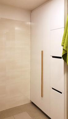 bílý byt a prádelní skříň v koupelně .jp