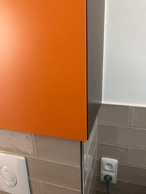 mini koupelna a skříňka s přesahem nad w