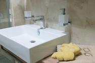 cestovatelova koupelna a závěsné umyvadl