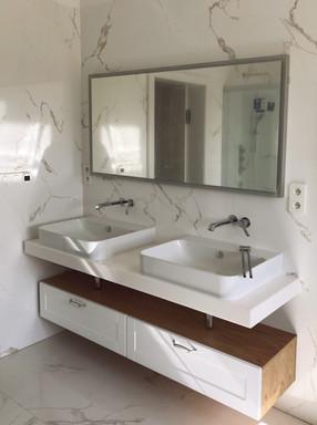 mramorová koupelna s umyvadly na desce a