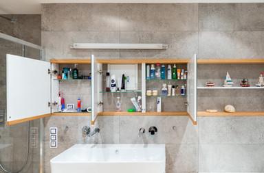 betonová koupelna a vestavěná zrcadlová