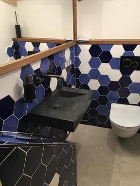 modrá koupelna s hexagony.jpg