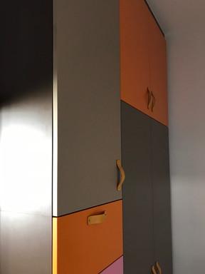 barevné šatní skříně v předsíni .jpg