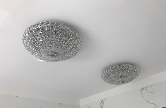 křišťálové osvětlení v koupelně.jpg