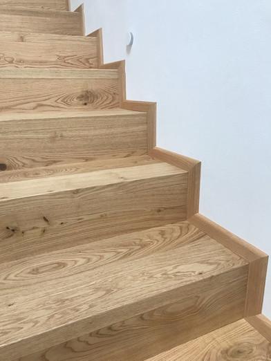 dubové schody s nočním osvětlením.jpeg