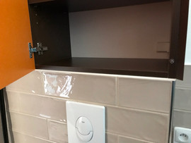 barevné skříňka usazená na wc předezdívc