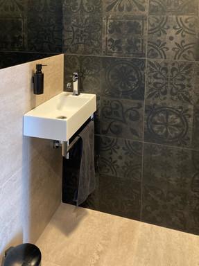 černá toaleta s umývátkem.jpg
