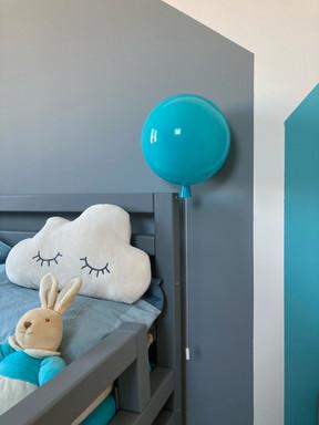 tyrkysový balonek v dětském pokoji.jpg