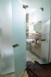 cestovatelova koupelna se skleněnou stěn