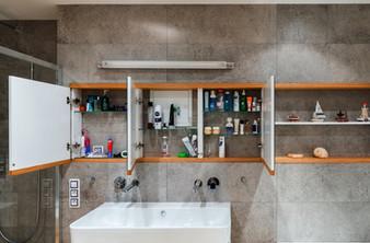 betonová koupelna a skříňka nad umyvadle