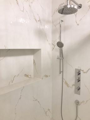 mramorová koupelna se sprchovou nikou.jp