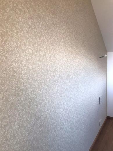 lístková tapeta v ložnici.jpg