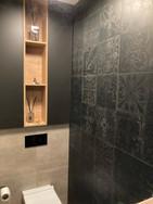černá toaleta s vestavěnými skříňkami a
