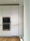 modrá kuchyně - vysoké skříně.jpg