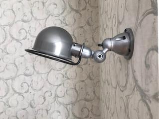 nástěnná lampička za pohovkou.jpeg