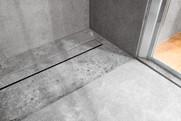 betonová koupelna a odtokový kanálek s v