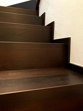 bukové schody a boční olištování zdi.jpg