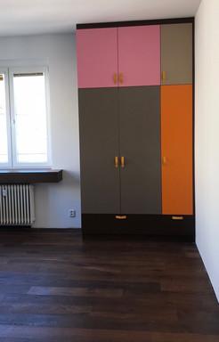 barevné šatní skříně a parapet v garsonc