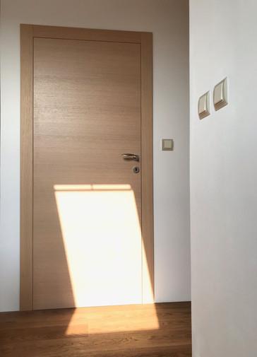 světlý dub a dveře do dívčího pokoje.jpg