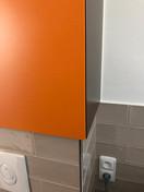 barevné skříňka s přesahem nad wc předez