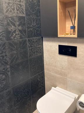 černá toaleta s vestavěnou skříňkou.jpg
