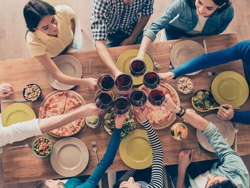 Beber líquidos durante a refeição faz mal? Engorda?