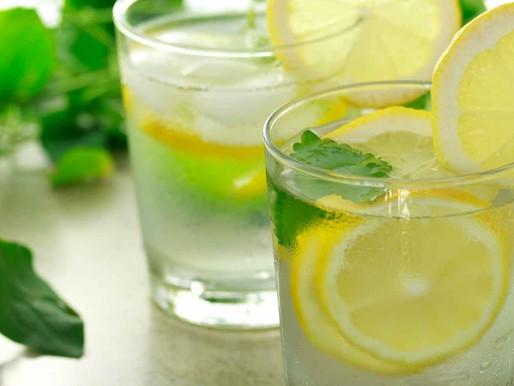 Beber água com limão em jejum emagrece?