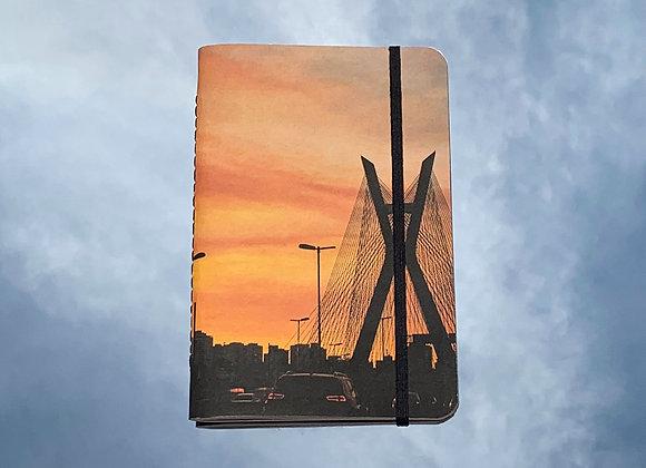 ponte estaiada com nuvens | caderno