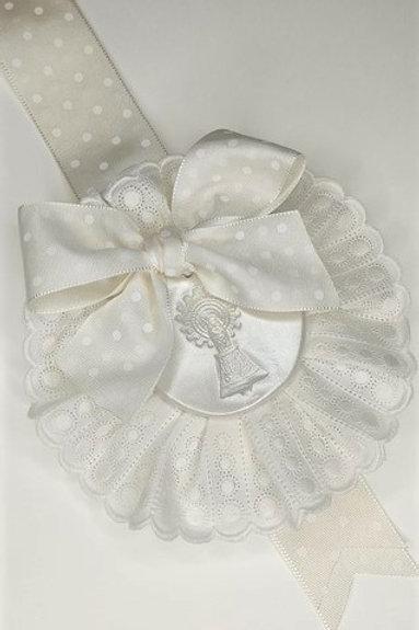 Medalla de la Virgen del Pilar cinta de topos beige, puntilla beige y broche