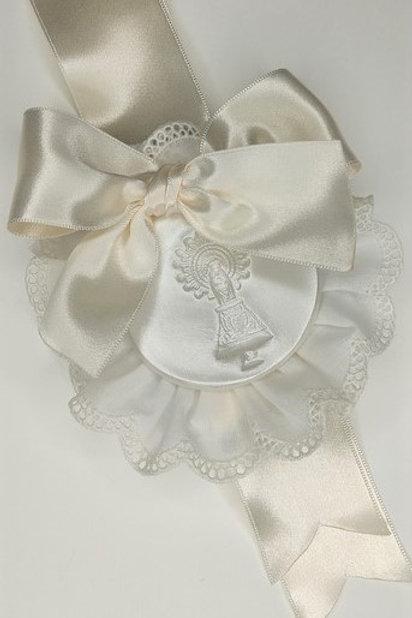 Medalla de la Virgen de Pilar beige con puntilla beige y broche