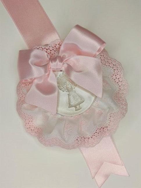 Medalla de la Virgen del Pilar en rosa con puntilla rosa y broche