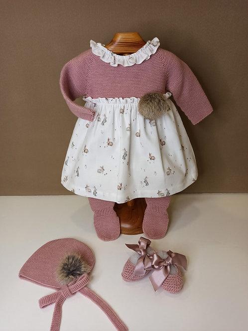 Vestido de punto rosa empolvado con tela de conejitos