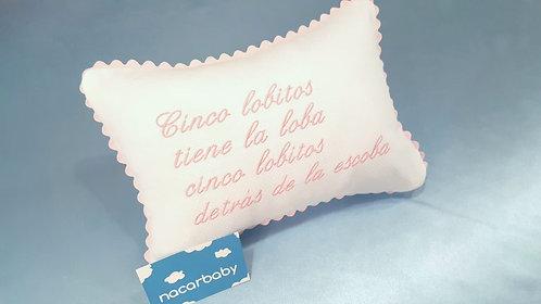 """Cojín Antivuelco para bebé: """"...cinco lobitos detrás de la escoba""""."""