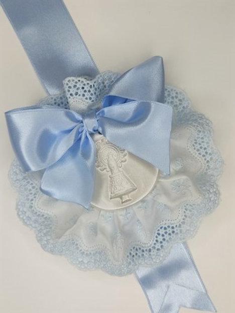 Medalla de la Virgen del Pilar en celeste con puntilla celeste y broche