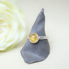 Zilveren ring met hamerslag motief met grote citrien steen