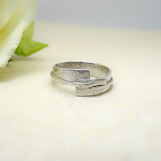 Zilveren ring in hamerslag motief