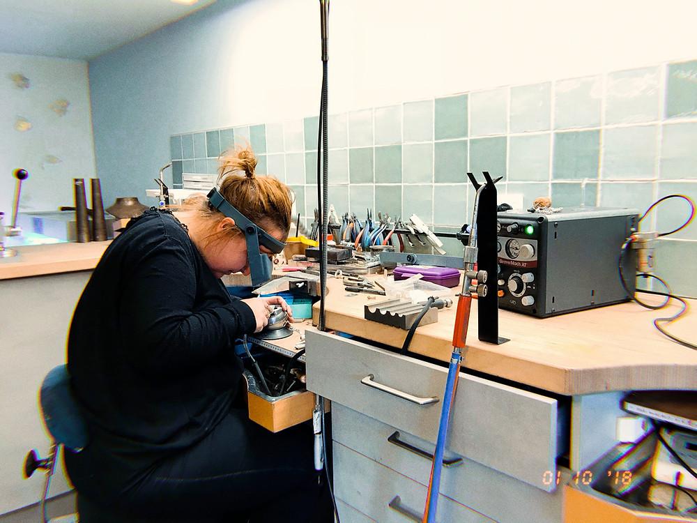 Katrien Cambré aan het werk in haar atelier te Wechelderzande