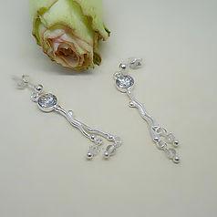 Zilveren handgemaakte oorbellen in organische vormen met kristallen swarovski steentjes