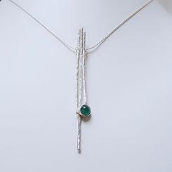 Zilveren hanger in hamerslag motief en groene onyx edelsteen