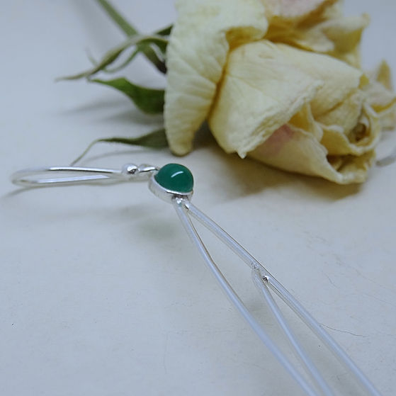Zilveren oorbellen in blad motief en bezet met groene onyx steen