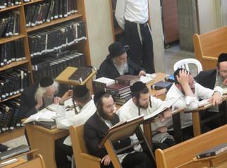 היסטארישע באזוך פון זקן ראשי הישיבות בהיכל ישיבתו