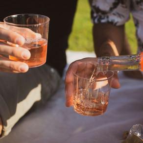פסח- חוגגים חופש עם הרמות כוסית בחוץ.