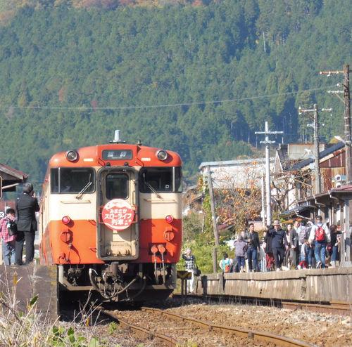 美作加茂に停車中の列車