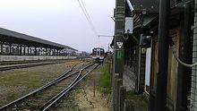 停車中の列車と広い構内
